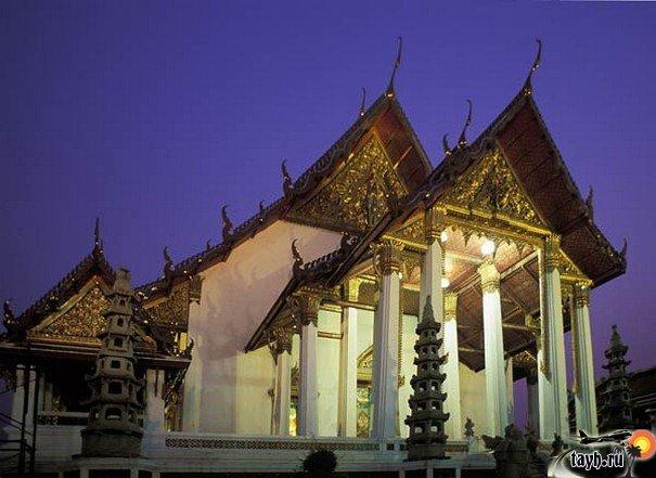 Достопримечательности Бангкока.Ват Сутхат ,Гигантские Ворота,Wat Suthat.