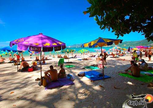 зотики и лежаки на пляже Патонг, Пхукет