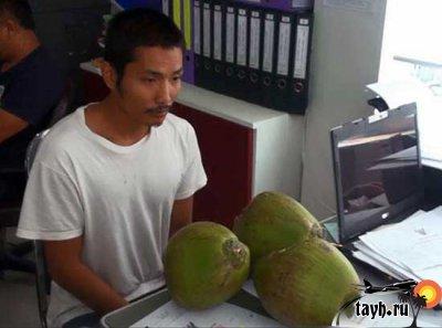 таец с кокосами